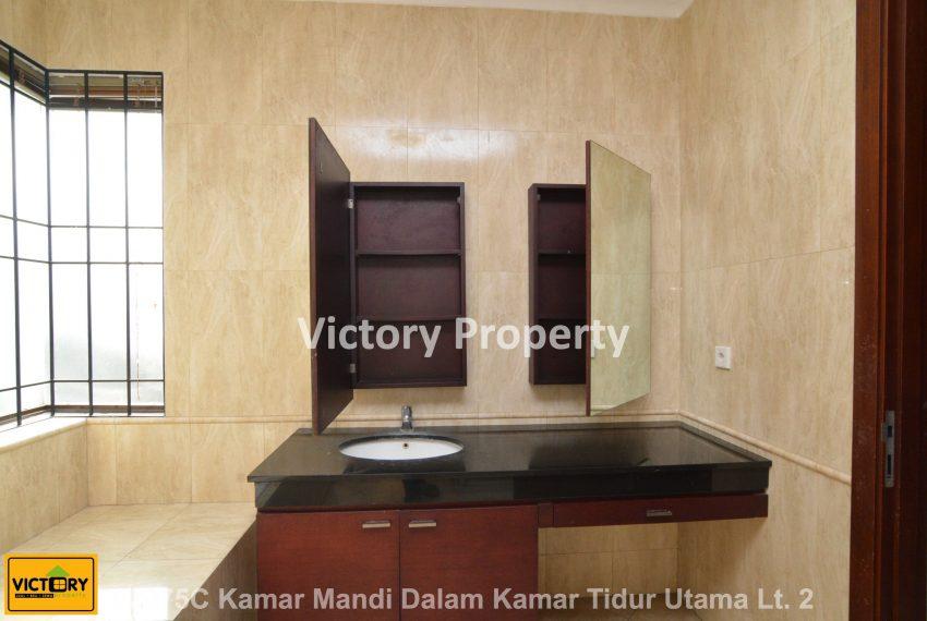 02075C Kamar Mandi Dalam Kamar Tidur Utama Lt. 2